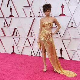 Andra Day, într-o rochie strălucitoare, pe covorul roșu, la Premiile Oscar 2021