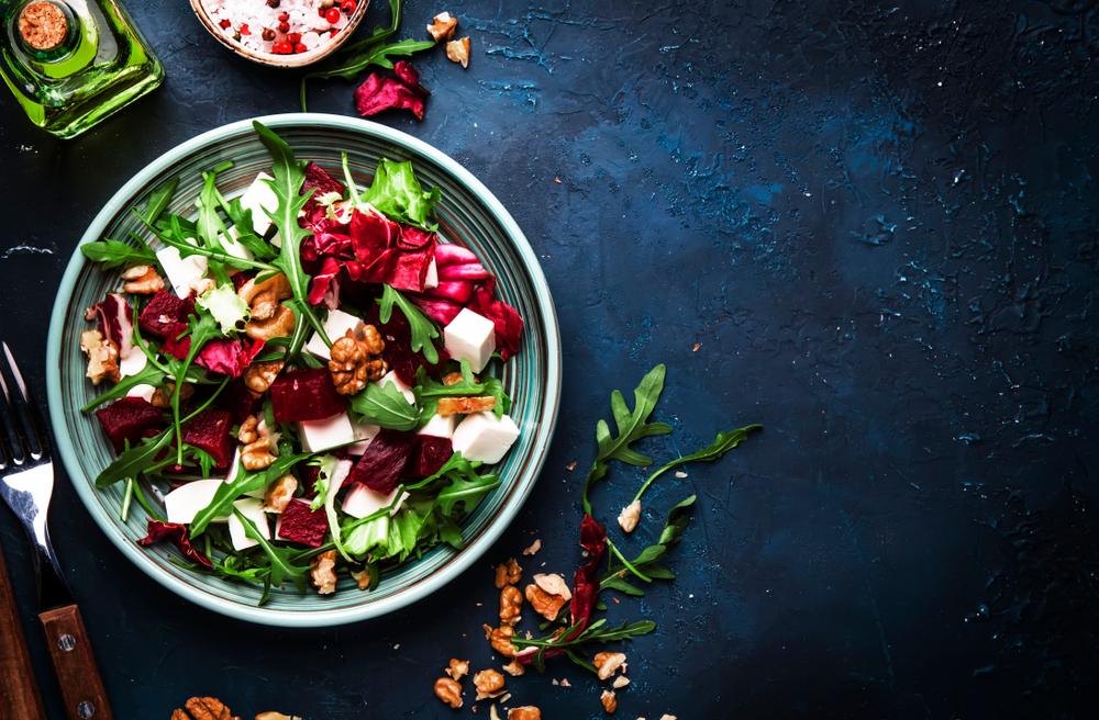 O salată proaspăt preparată, într-un bol, pe un fundal întunecat
