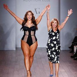 Ashley Graham, pe podium, în lenjerie intimă, la o prezentare de modă