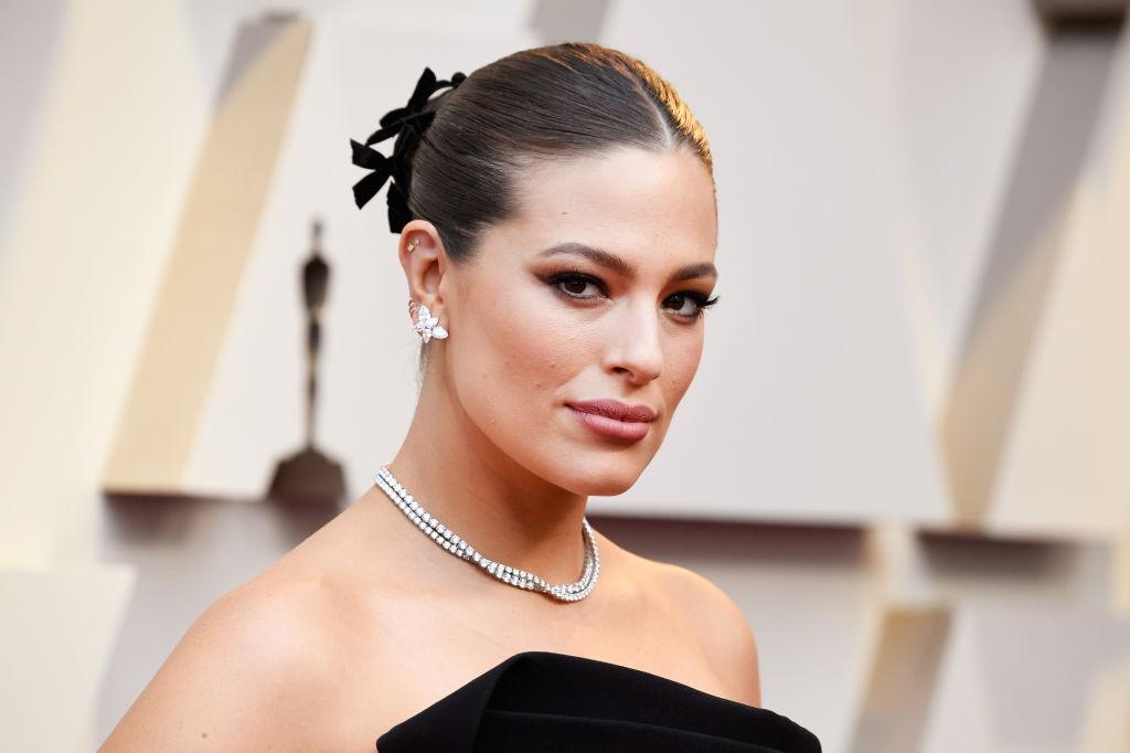 Ashley Graham, la Annual Academy Awards, îmbrăcată elegant