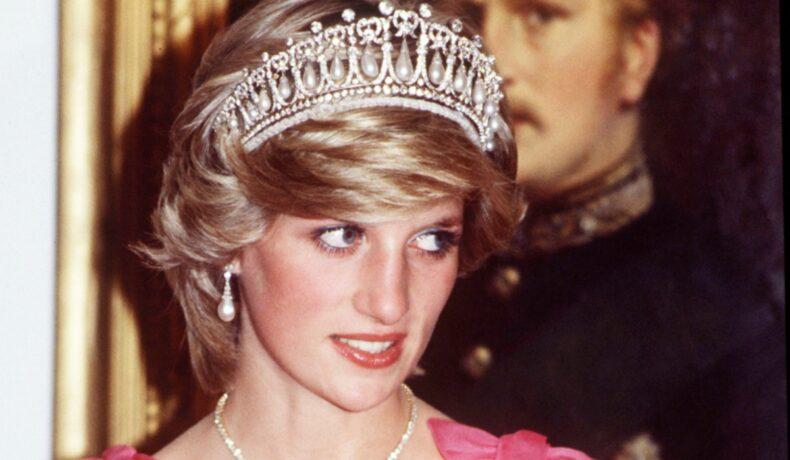 Portret al Prințesei Diana la un evenimet public în timp ce poartă o rochie elegantă roz și o diademă pe cap