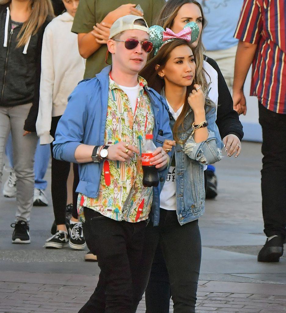 Brenda Song și Macauley Culkin, fotografiați ținându-se de braț, la Disneyland