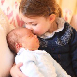 Prințesa Charlotte, fotografiată în timp ce îl ține în brațe pe Louis, atunci când era bebeluș