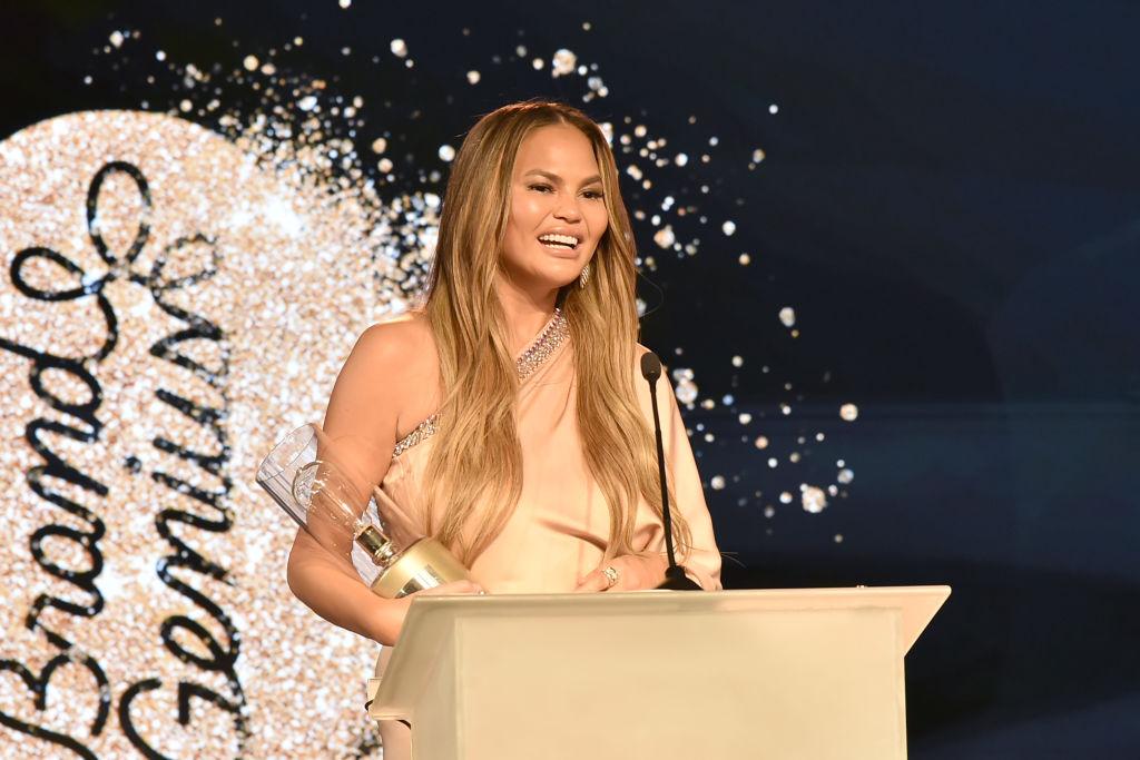 Chrissy Teigen, impecabilă la Gala Brand Genius