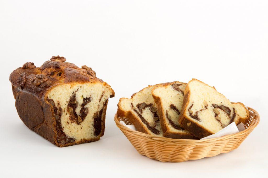 Cozonac de post feliat și așezat într-un coșuleț de pâine