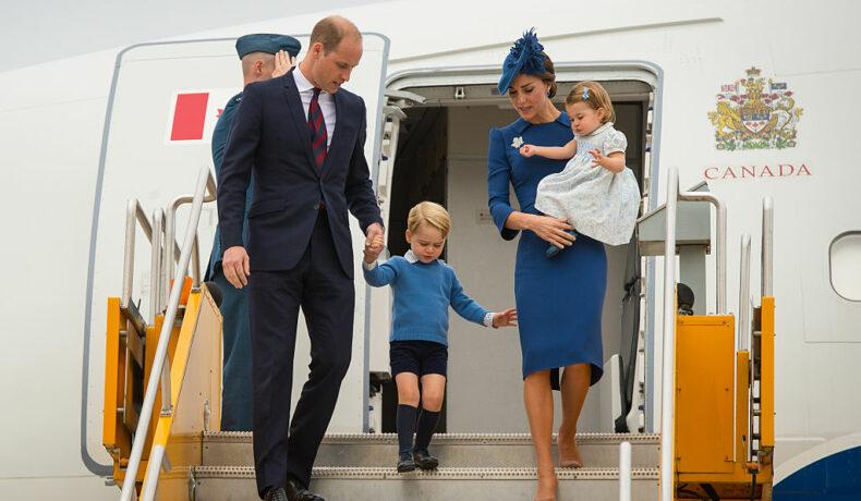 Kate Middleton împreună cu Prințul William, Prințul Geroge și Prințesa Charlotte, în timp ce coboară dintr-un avion