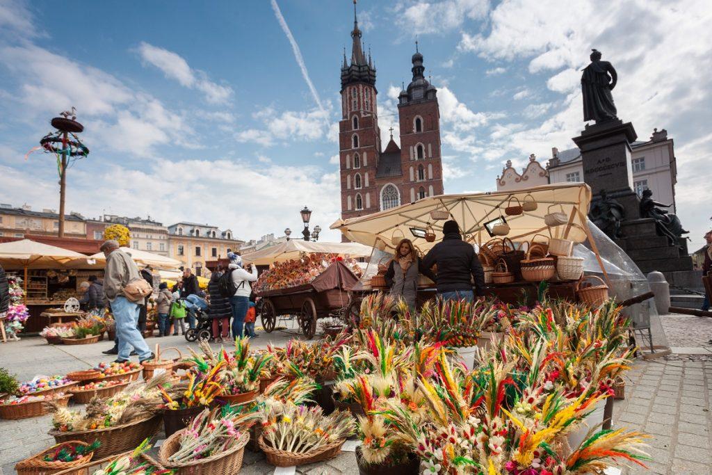 Imagine cu o piață din Polonia plină de zeci de coșulețe cu flori care urmează să fie sfințite pentru credincioși