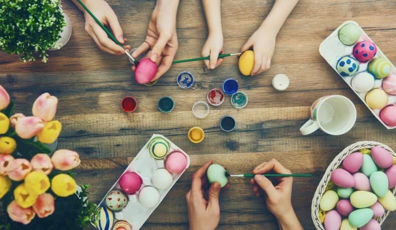 Ouă în cofrag, care sunt pictate manual de mai multe femei, cu ajutorul pensulelor