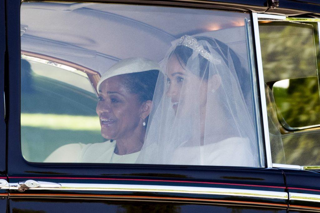 Doria Ragland alături de fiica sa Meghan Markle, îmbrăcate amândouă în alb, în timp ce Meghan poartă voal de mireasă