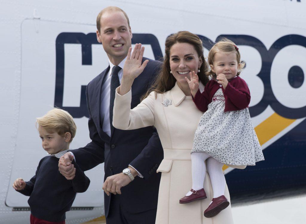 Kate Middleton care își ține în brațe fetița, alături de soțul și fiul său coborând din avion în Canada în timp ce face cu mâna oamenilor