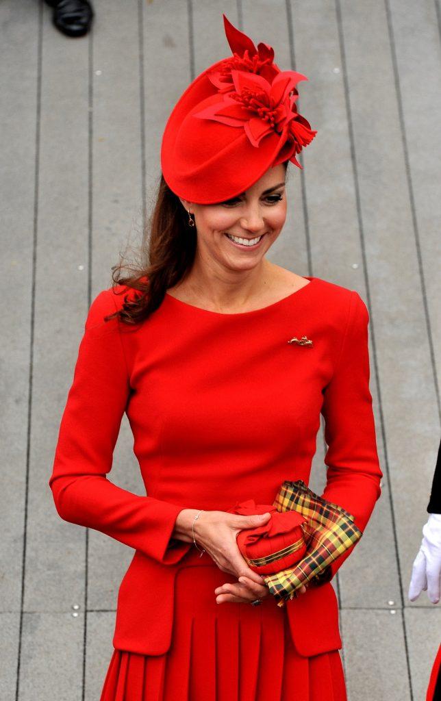 Ducesa Kate îmbrăcată într-un costum roșu purtând broșa ca simbol al marinei regale la Jubileul de diamant al Reginei Elisabeta
