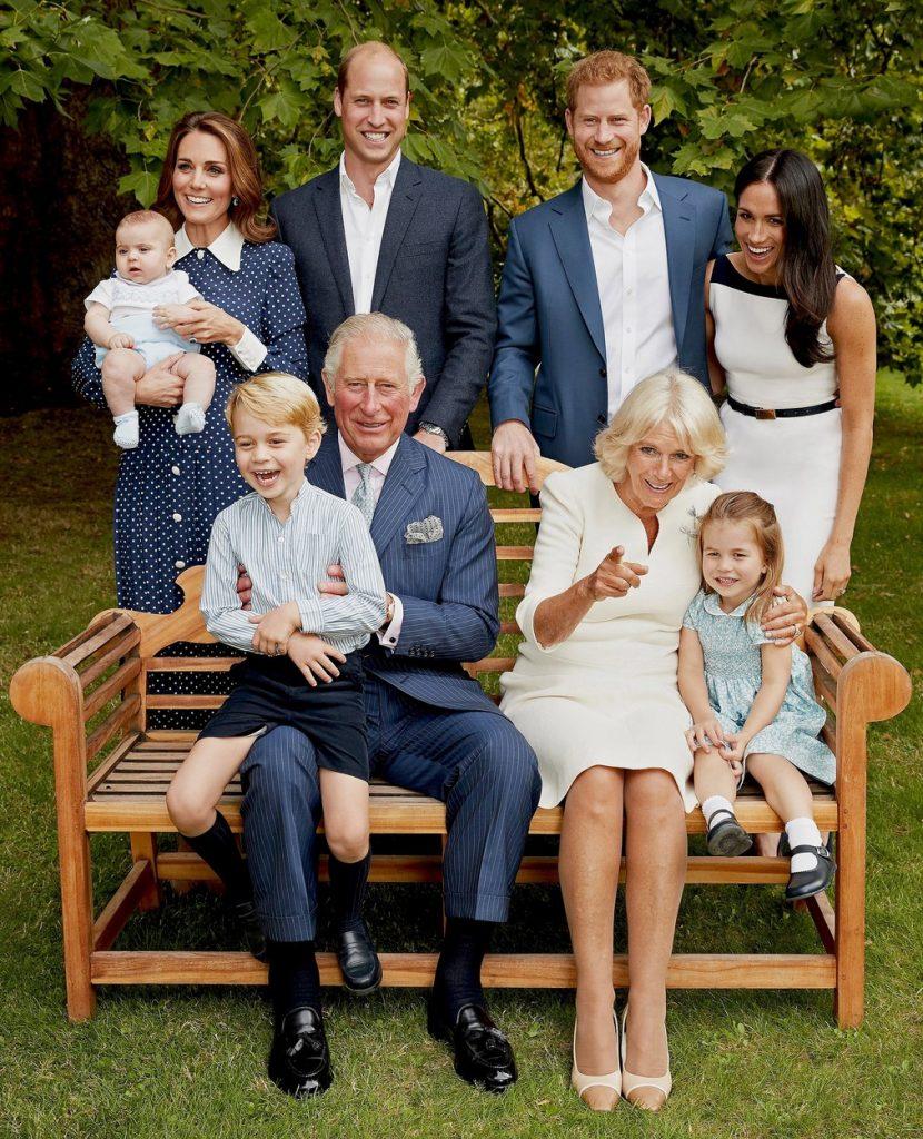 Ducii de Cambridge, alături de Ducii de Sussex, Camilla și Prințul Charles, într-o fotografie de familie, în curtea casei