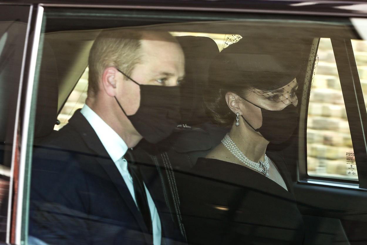 Ducii de Cambridge, în mașină, în timp ce pleacă de acasă spre Castelul Windsor, la funeraliile Prințului Philip