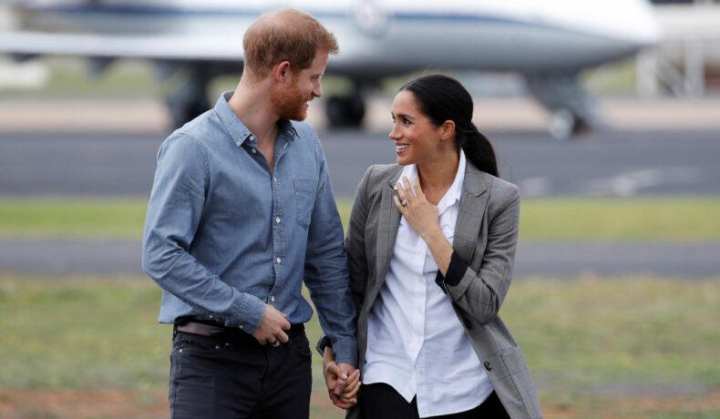 Ducii de Sussex, în timp ce își zâmbesc în fața fotografilor, într-o vizită în Australia