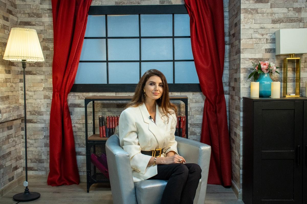 Ellida Toma, îmbrăcată elegant, în studiul de filmări, la interviul pentru CaTine.ro
