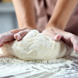 Aluatul de pâine este ușor ferm și compact