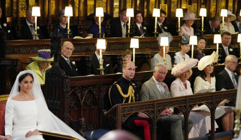 Meghan Markle, în ziua nunții ei, în biserică, înconjurată de Prințul William, Prințul Philip și Regina Elisabeta