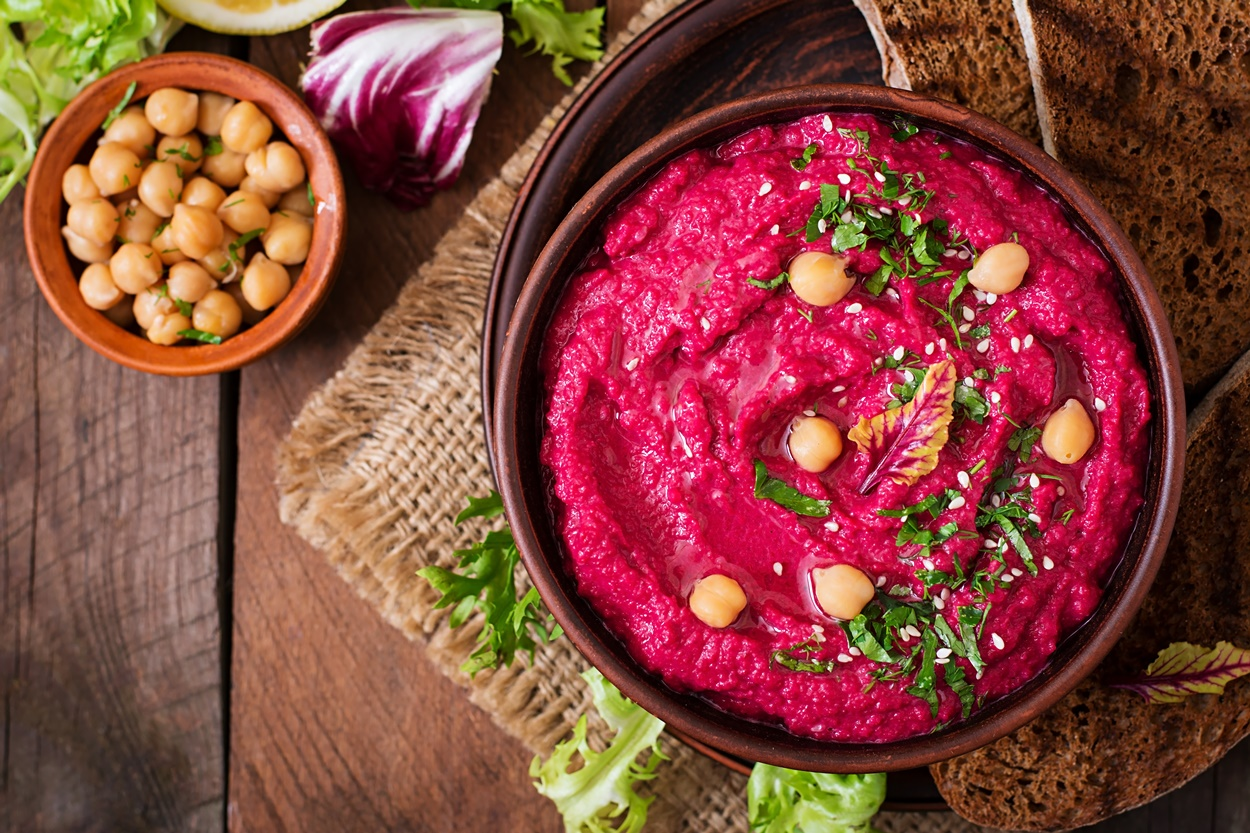 Hummus cu sfeclă roșie coaptă. într-un bol de ceramică