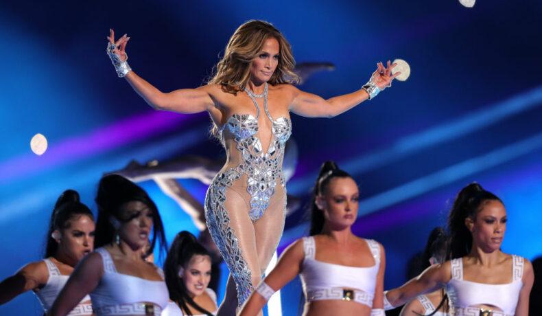 Jennifer Lopez, pe scenă, în timpul show-ului Super Bowl