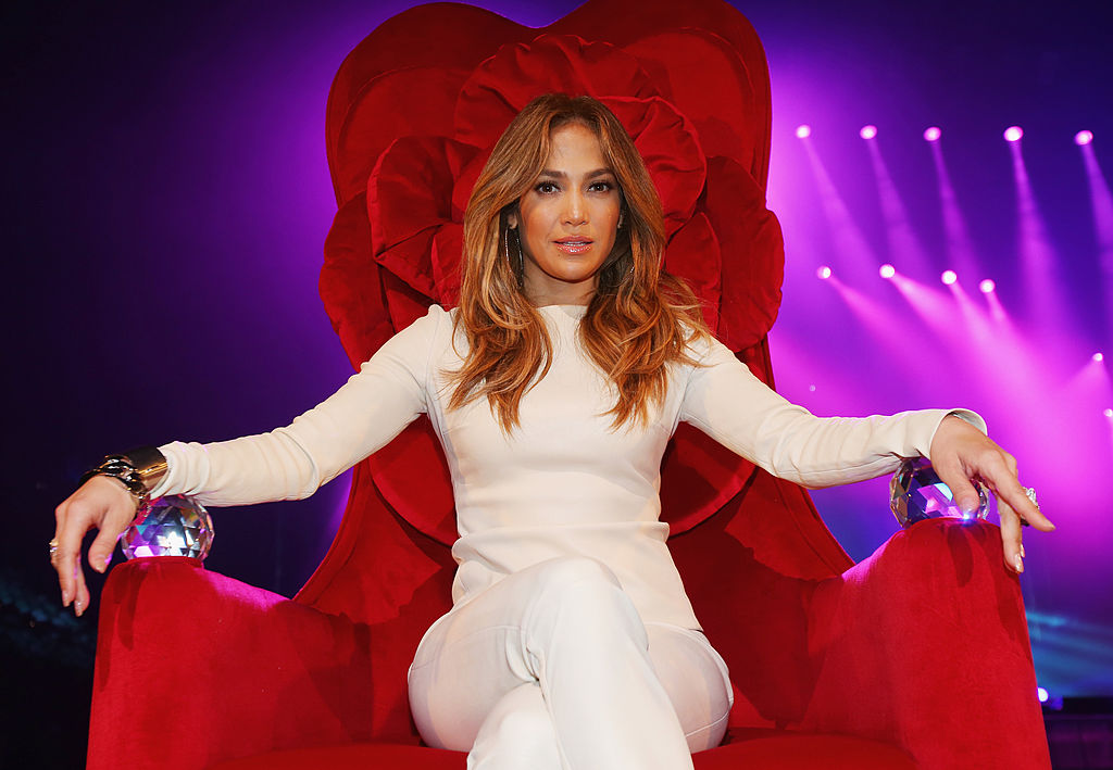 Jennifer Lopez, la o conferință de presă în Australia, pe un fotoliu roșu