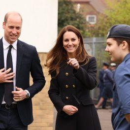 Kate Middleton, în timp ce râde și arată cu degetul spre cadeții englezi de la Escadrila 282