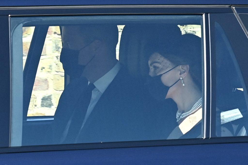 Kate Middleton, cu mască de protecție, îmbrăcată în negru, la ceremonia de înmormântare a Prințului Philip