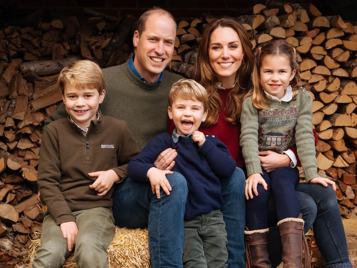 Kate Middleton și Prințul William, împreună cu cei trei copii ai lor, într-un portret de familie