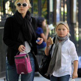Kate Winslet, alături de Mia, singua sa fiică, în timp ce pleacă de la școală