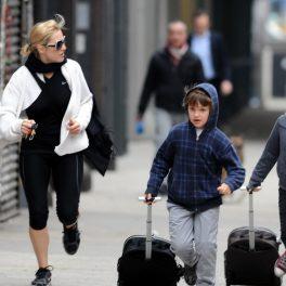 Kate Winslet, fotografiată alături de fiica sa pe stradă, în timp ce o duce la școală