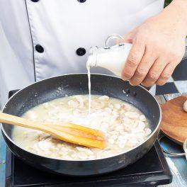 Tigaie cu ciuperci pregătite pentru supă cremă