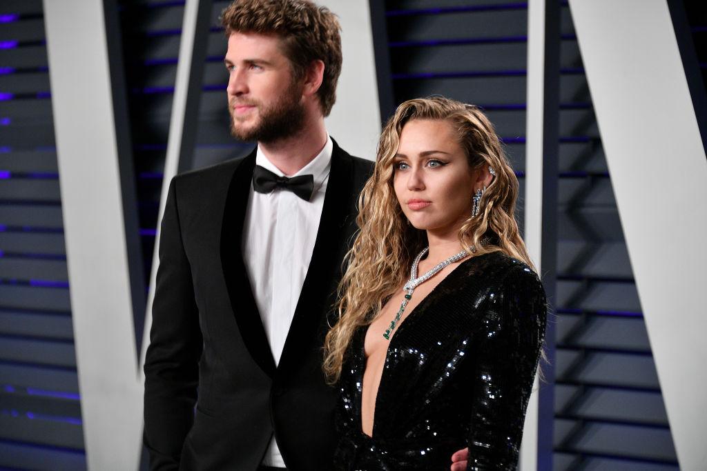 Liam Hemsworth, alături de Miley Cyrus, la petrecerea Vanity Fair, în 2020, pe covorul roșu