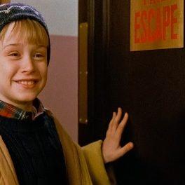 Macaulay Culkin, imagine din filmul Singur acasă, în timp ce zâmbește după ce i-a reușit o farsă