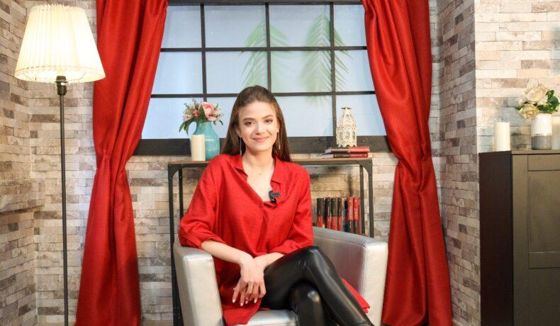 Mara Oprea, pe platoul de filmare, în timp ce zâmbește la camera de fotografiat