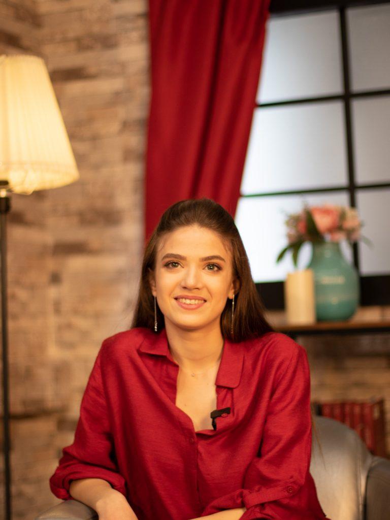 Mara Oprea, în timp ce privește spre cameră și răspunde întrebărilor din interviul pentru CaTine.ro