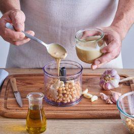 Pregătire ingrediente pentru hummus cu sfeclă roșie