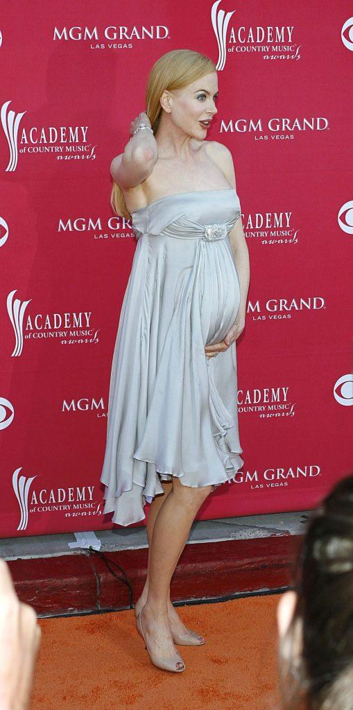 Nicole Kidman, într-o rochie albă asortată cu niște sandale albe.