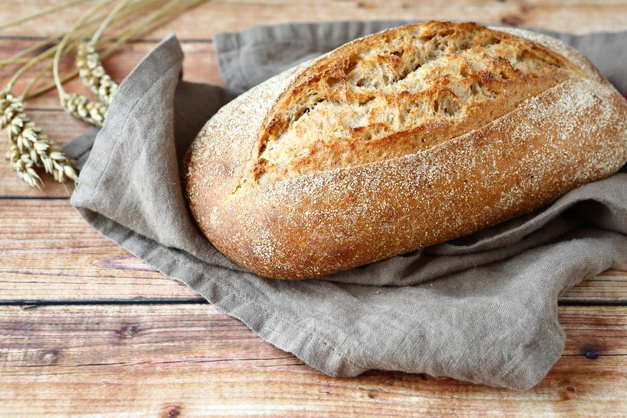 Pâine de casă pe un ștergar de bucătărie
