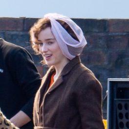 Phoebe Dynevor, cu bandană pe cap, pe platourile de filmare de la The Color Room