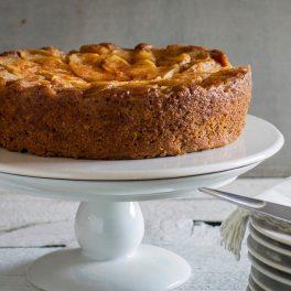 Prăjitură de post cu mere și nuci pe un platou alb