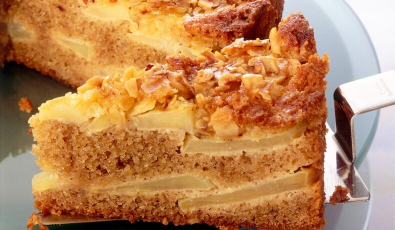 Prăjitură de post cu mere și nuci, feliată pe o spatulă de tort