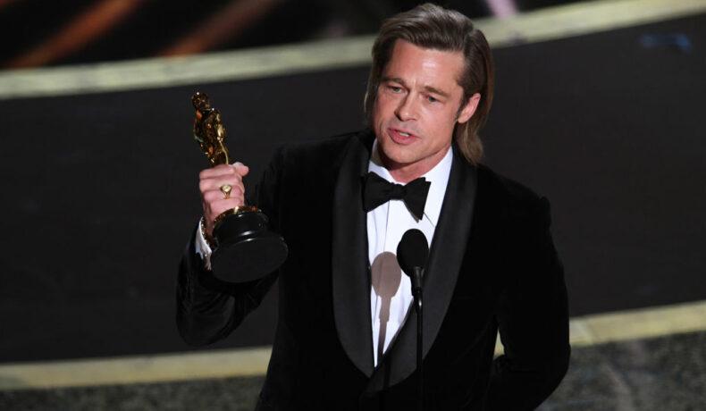 Brad Pitt, în timp ce se află pe scena Premiilor Oscar 2020