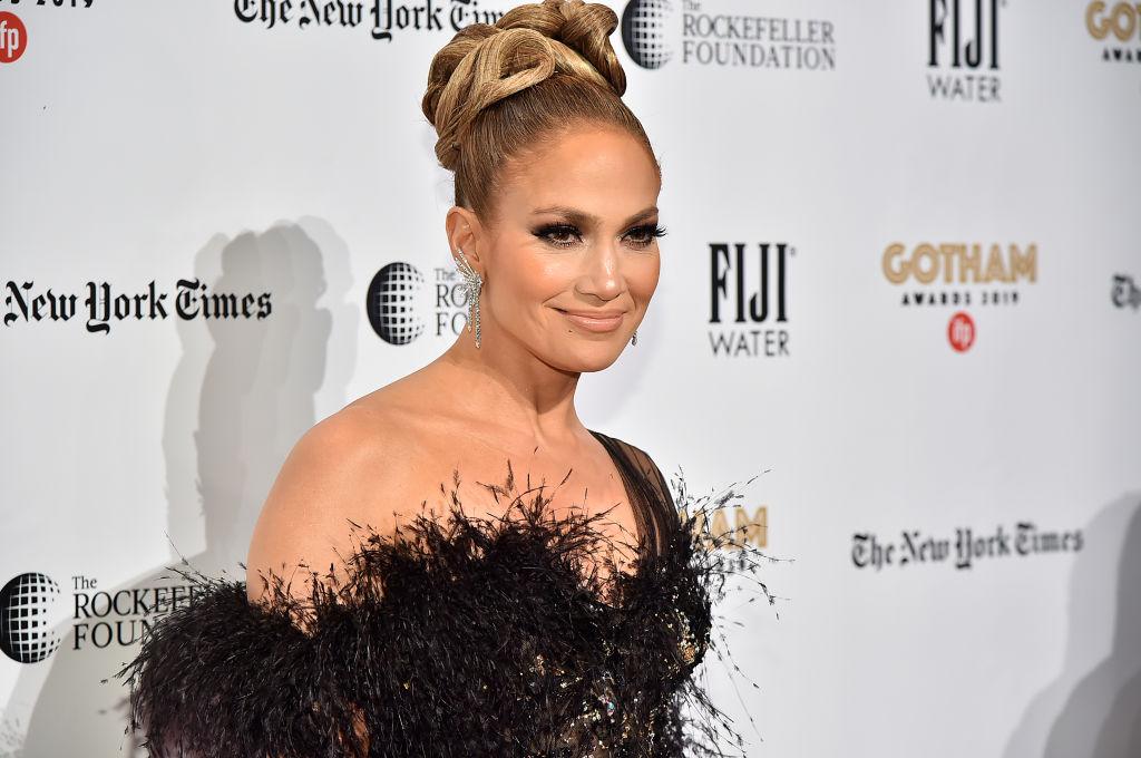 Jennifer Lopez, la Gotham Independent Film Awards, în anu 2019, într-o rochie cu pene