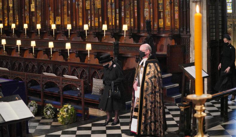 Regina Elisabeta, îmbrăcată în negru, cu capul plecat, la înmormântarea Prințului Philip