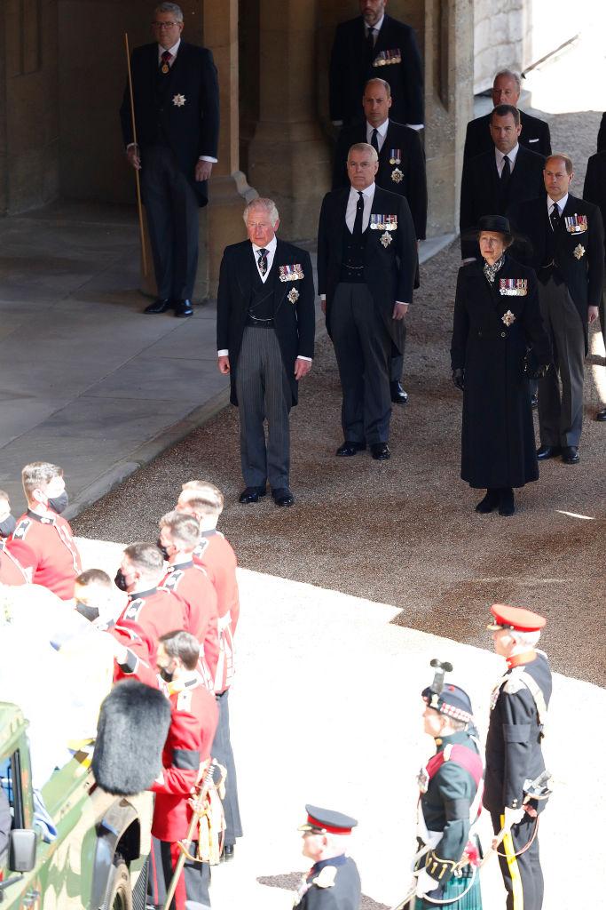 Prințul Charles, îmbrăcat în costum negru, în spatele sicriului tatălui său