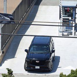 Prințul Harry, în timp ce este luat de la aeroportul din Los Angeles de șoferul său