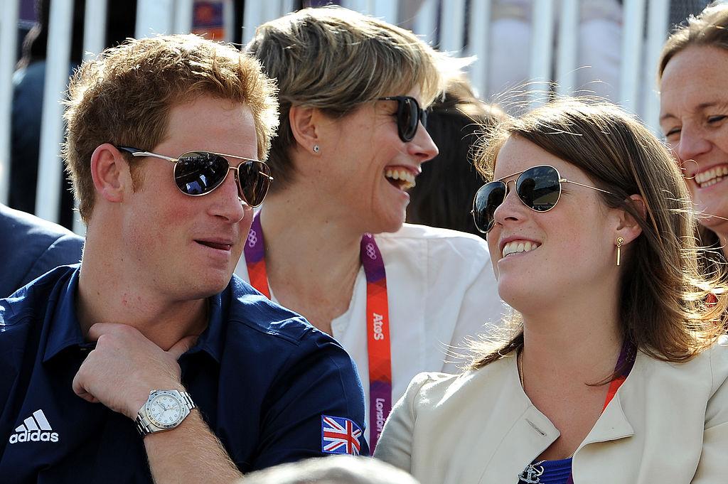 Prințul Harry și Prințesa Eugenie la o competiție sportivă, în timp ce se află în gradenă
