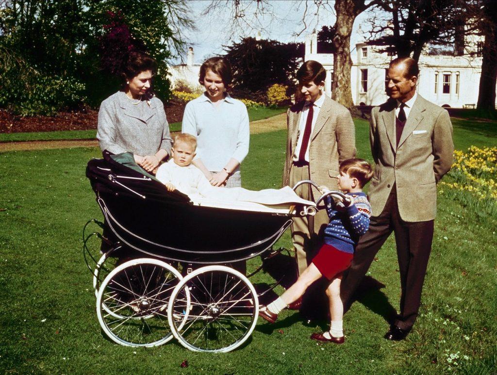 Prințul Philip și Regina Elisabeta, în curtea casei, alături de copii