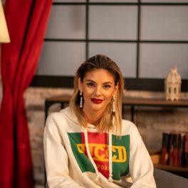 Ramona Olaru, îmbrăcată cu un hanorac Gucci și o pereche de blugi deschiși la culoare, stă pe un scaun în studioul CaTine.ro.