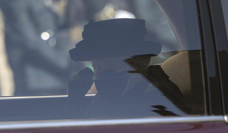 Regina Elisabeta a avut ochii în lacrimi în mașina care a dus-o la Capela St.George de la Castelul Windsor