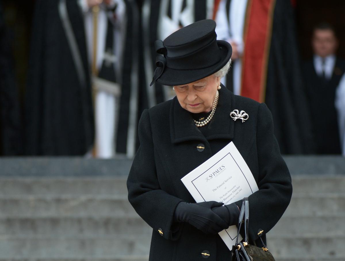 Regina Elisabeta, în doliu, privește în jos